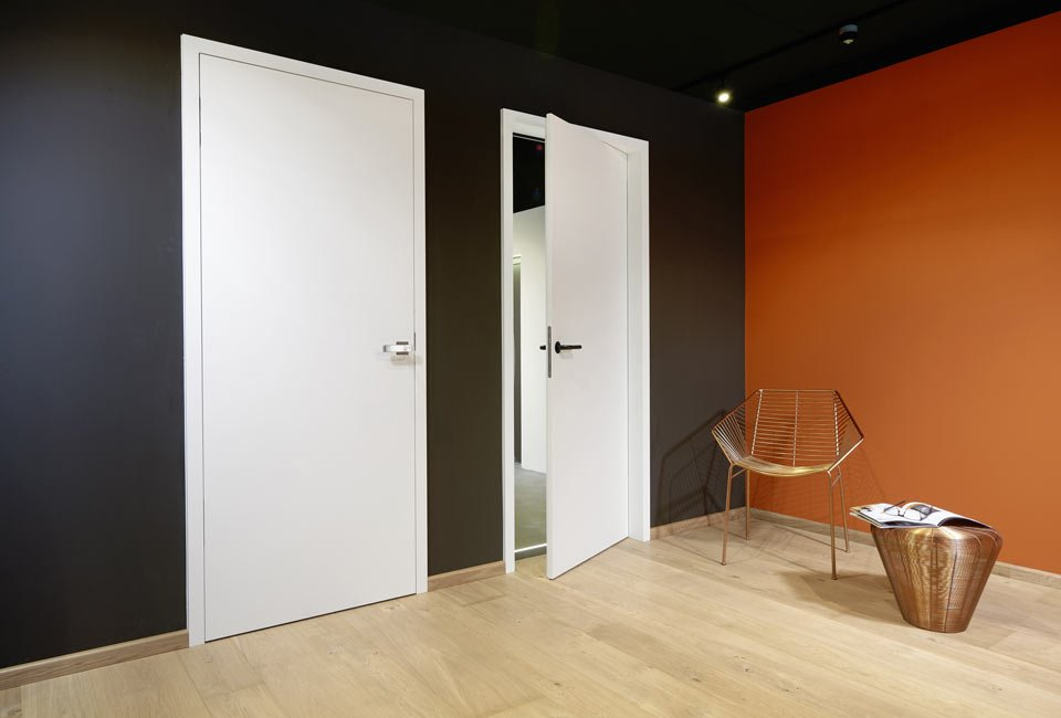 Ausstellungsraum mit verlegten Bodenbelägen und Paneelen für Wand und Decke – marx Holzhandel