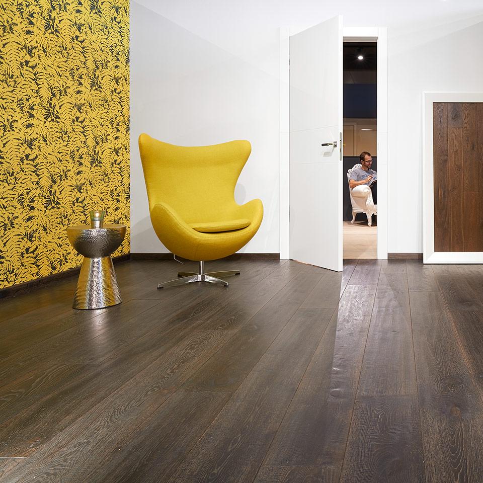 Plancher de bois foncé | commerce du bois marx | parquet sombre dans l'exposition | à Neuried près de Lahr et Kehl