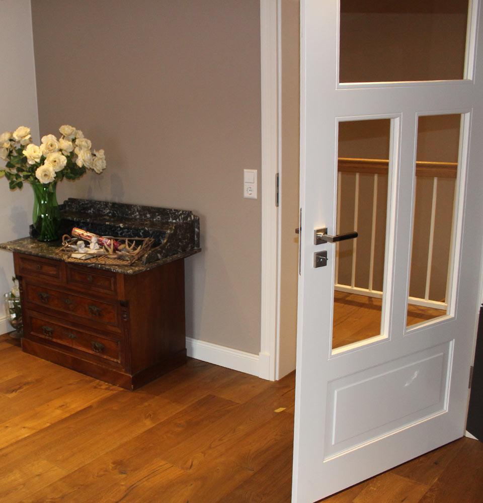 Des portes design élégantes ouvrent l'espace