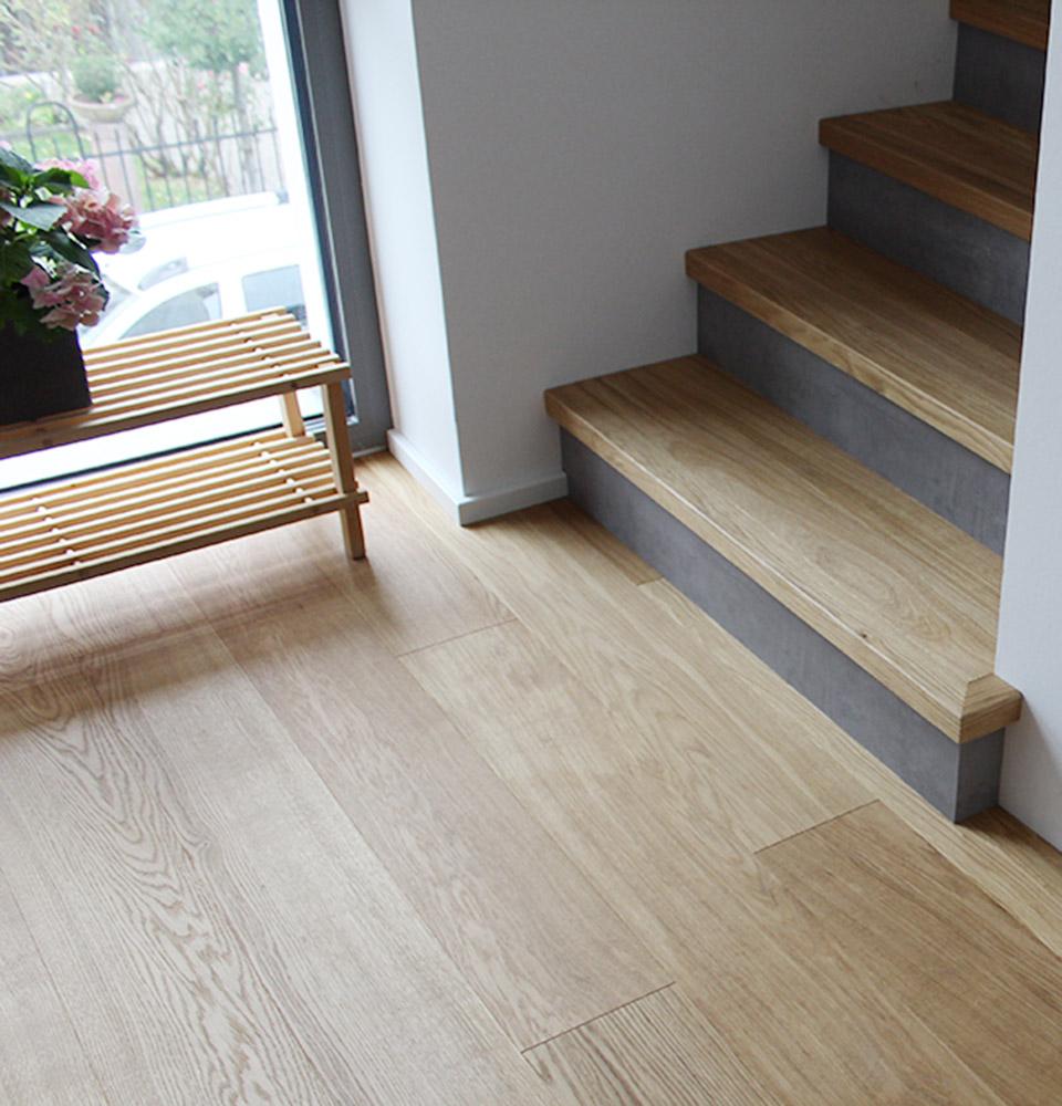 Escalier urbain avec parquet et béton