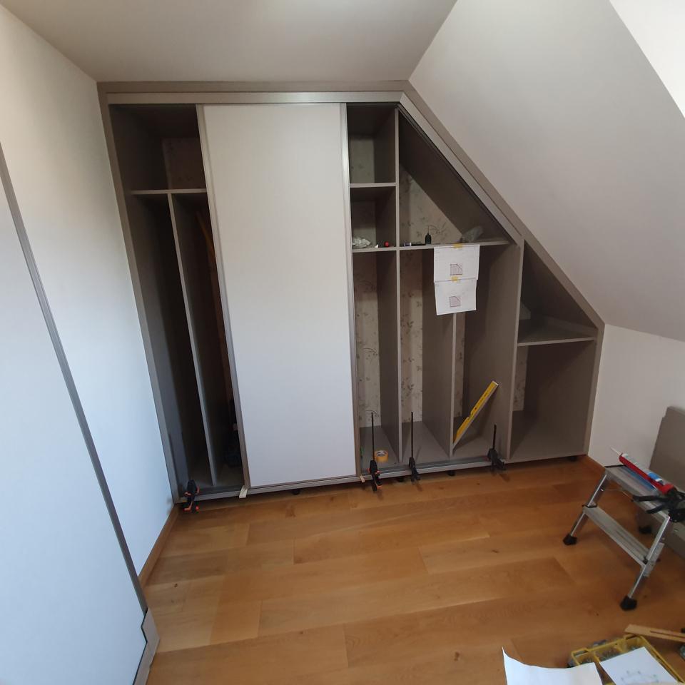 Einschauschrank mit Schiebetüren, Montage | marx Holzhandel bei Straßburg