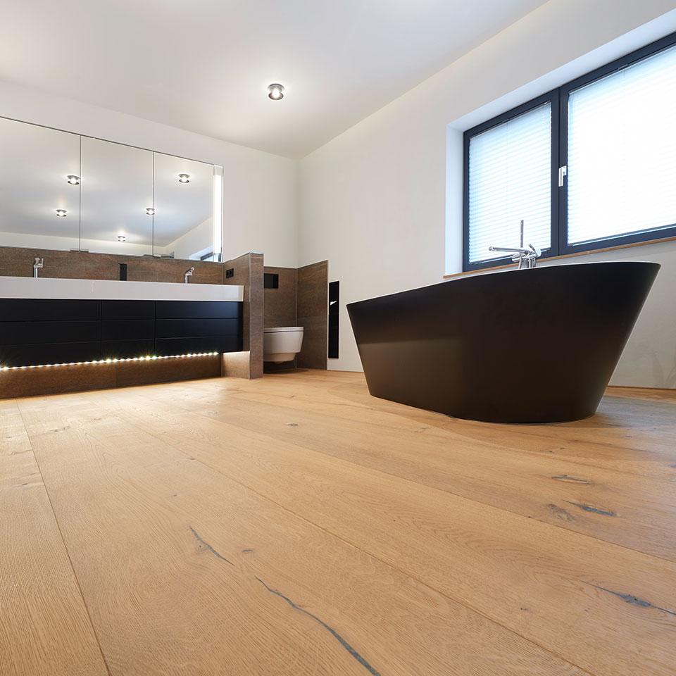 Bad, Detailansicht, Raumlange Parkettdielen | Haus Simonswald | marx Holzhandel