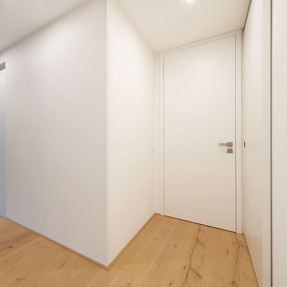 Porte fermée en laque blanche, WC invités | Haus Simonswald | marx Le bois. Le design.