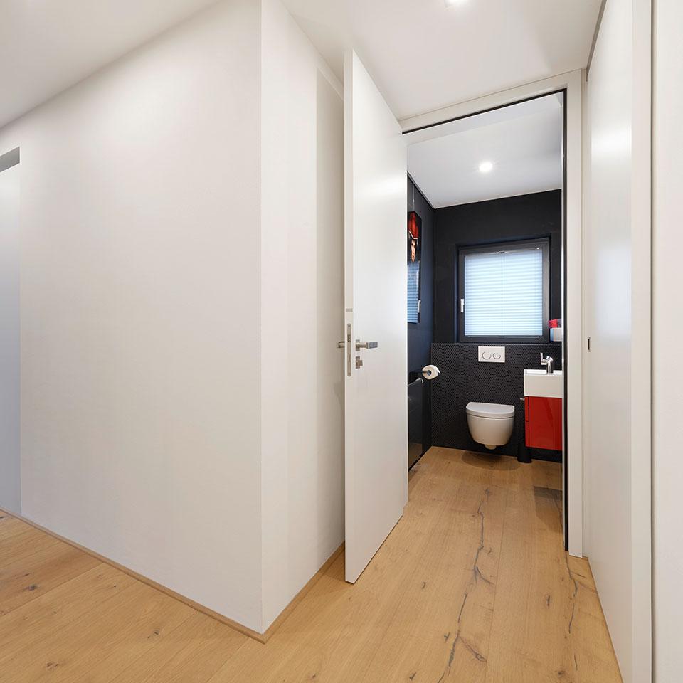 Porte ouverte peinte en blanc, WC invités | Haus Simonswald | marx Le bois. Le design.