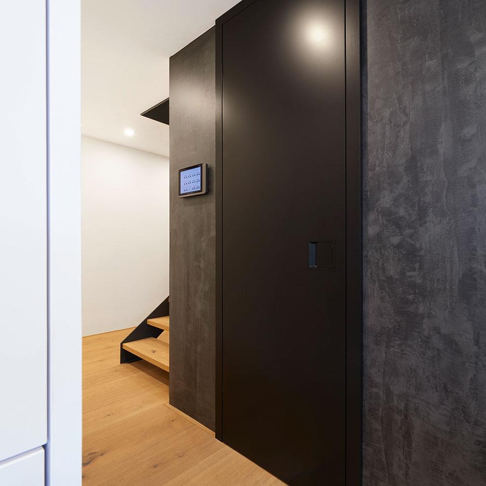 Schwarze raumhohe Schallschutztür mit Muschelgriff | Haus Simonswald | marx Holzhandel bei Kehl
