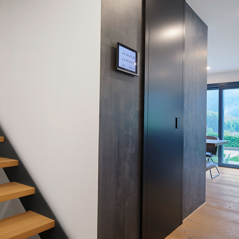 Schwarze raumhohe Schallschutztür | Haus Simonswald | marx Holzhandel