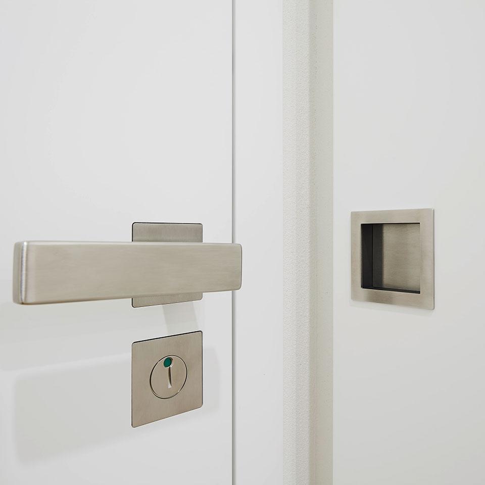 Porte laquée blanche, poignée | Haus Simonswald | marx Le bois. Le design.