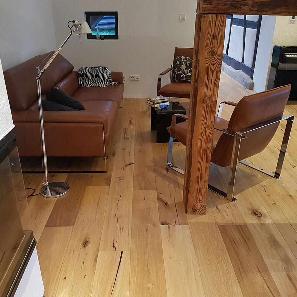 Sitzecke mit Balken und Manufaktur-Parkett | marx Holzhandel in Neuried