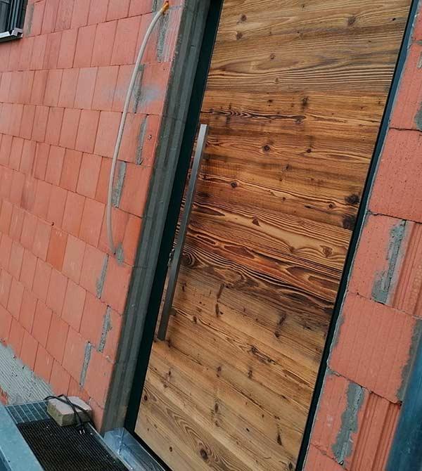 Porte d'entrée en vieux bois avec fermeture par empreinte digitale