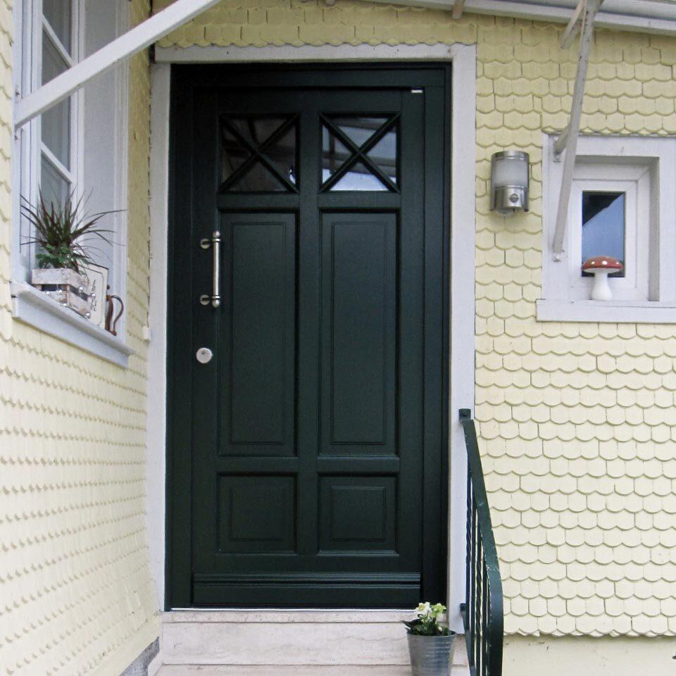 La porte d'entrée en bois vert sapin séduit sur toute la ligne