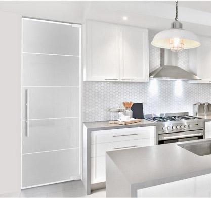 Cuisine lumineuse avec porte de loft en verre clair et lignes SatinatoPlus. marx Holzhandel