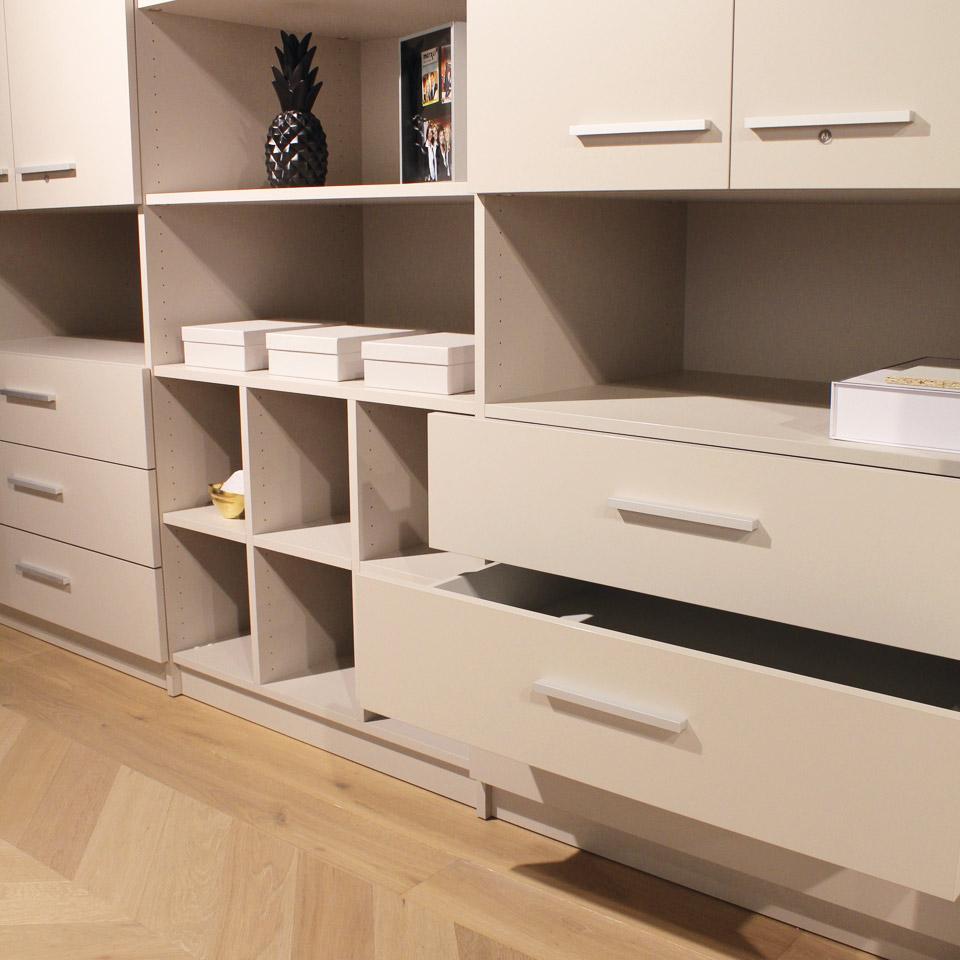Design Ausstellung Schranksysteme Begehbarer Kleiderschrank Nahaufnahmen Schub marx Holzhandel
