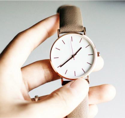Nicht trödeln: Hand mit Armbanduhr | marx Design in Holz