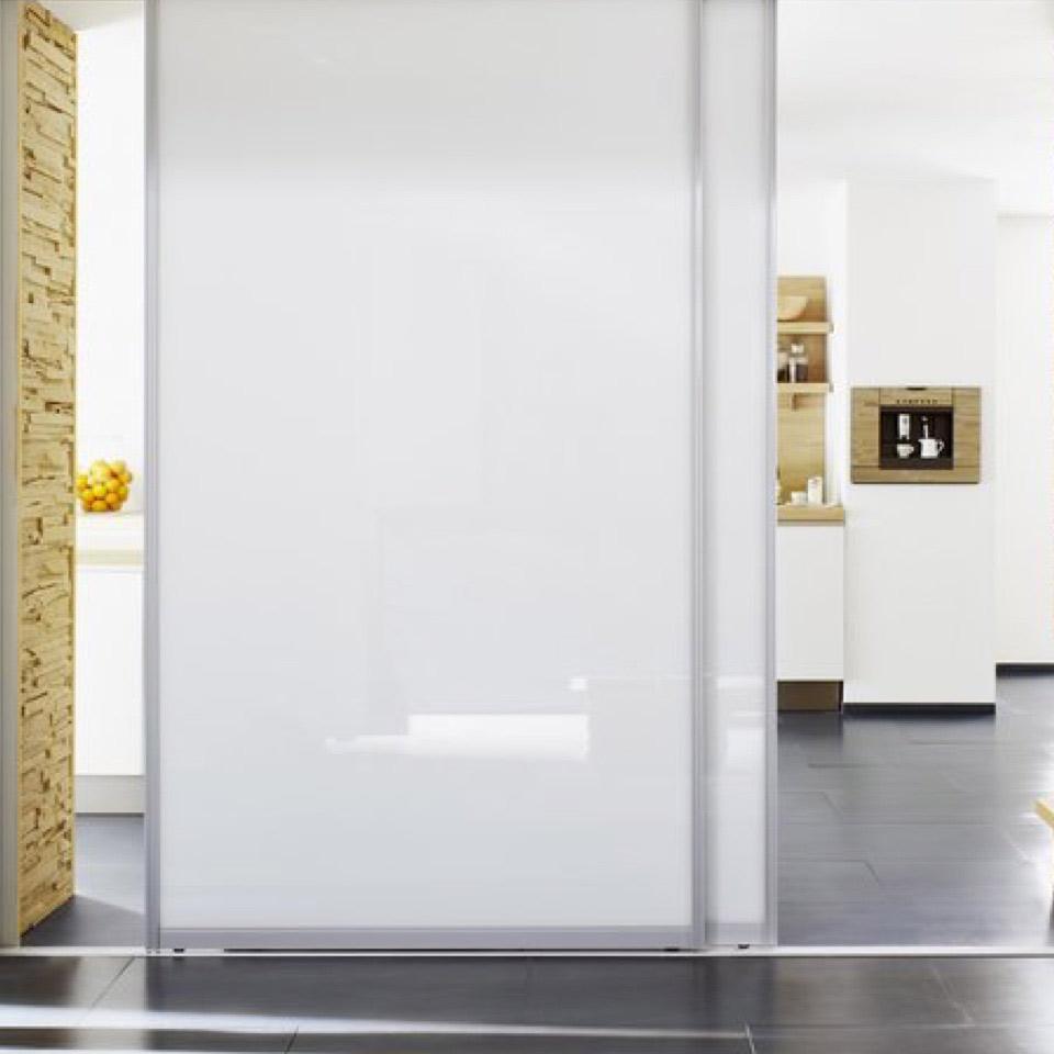 Schränke mit Funktion: Raumteiler mit weißer Schiebetür | marx Design in Holz