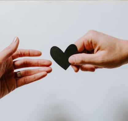 Zweites Leben schenken: zwei Hände mit Herz | marx Design in Holz
